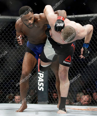 Rashad Evans, left, tries to take down Daniel Kelly, of Australia, during a middleweight mixed martial arts bout at UFC 209, in Las Vegas