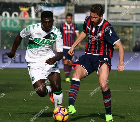 Crotone's Rohden Marcus (R) and Sassuolo's Duncan Alfred (L) in action during the Italian Serie A soccer match FC Crotone vs US Sassuolo at Ezio Scida stadium in Crotone, Italy, 05 March 2017.