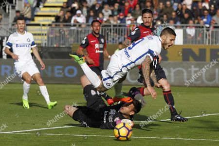 Cagliari's Gabriel Vasconcelos Ferreira and Inter's Mauro Icardi in action during the Italian Serie A soccer match  Cagliari Calcio Vs Inter Fc at Sant'Elia  stadium in Cagliari, Italy, 5 March 2017.