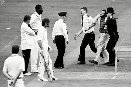 19 07 1992 Mcc V Transvaal Cricket Match Lords London Britain an Anti-apartheid Protester is Escorted Off the Pitch After Seven Men Stormed the Square in an Attempt at Disruption After the First Ball Was Bowled by the West Indian Joel Garner (next to the Umpire) This Was the First Visit to Lords by A Senior South African Side For 27 Years Uk