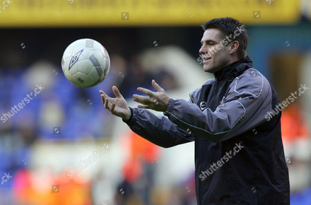 Southend United manager Steve Tilson with his players during the team warm up