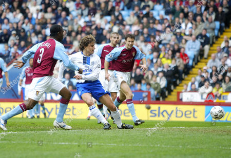 Chelsea's Hernan Crespo gets inbetween Aston Villa's J Lloyd Samuel (l), Olof Mellberg and Ronny Johnsen (r) to score the opening goal