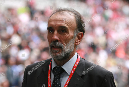 Former Tottenham and Argentina player Ricky Villa during the llegends parade