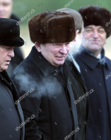 Moscow Russian Federation : Ukrainian President Leonid Kuchma (c) Flanked by Russian Ambassador in Ukraine Former Prime Minister Viktor Chernomyrdin (l) Seen After Their Arrival at Moscows Vnukovo-2 Airport 09 December 2002 Leonid Kuchma Arrived For a Short Working Visit to Attend the Gala Ceremony Marking the Closure of Ukraines Ceremonial Year in Russia