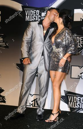 Us Actress Jennifer 'Jwow' Farley (r) Kisses Her Boyfriend Roger Matthews (l) in the Press Room at the Mtv Video Music Awards 2011in Los Angeles California Usa 28 August 2011 United States Los Angeles