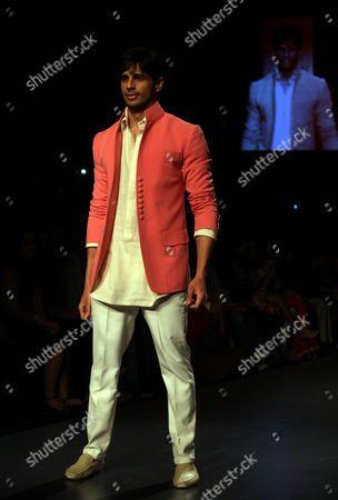 Bollywood Actor Sidharth Malhotra Presents a Creation by Designer Manish Malhotra During the Lakme Fashion Week Summer/resort 2013 in Mumbai India 22 March 2013 Some 87 Designers Showcase Their Collections During Lfw Summer/resort 2013 India Mumbai