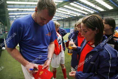 Former Manchester United player Gary Pallister signs autographs for the Ford Centre Circle mascots