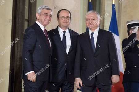 French President Francois Hollande (C) welcomes his Armenian counterpart Serge Sarkisian (L) and Armenian Foreign Affairs Minister Edward Nalbandian