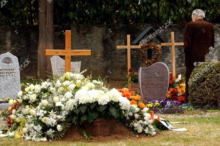 The Grave of Oscar-winning British Actor and Playwright Sir Peter Ustinov is Seen in the Cemetery of Bursin Switzerland Sunday 04 April 2004 One Day After the Funeral Ceremony Author of More Than a Dozen Books and Even More Theatrical Works in a Career Spanning More Than 60 Years Ustinov Died of Heart Failure in a Clinic Near His Home On the Shores of Lake Geneva On Sunday March 28 2004 at 82