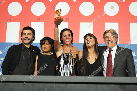 Director Claudia Llosa (C), with the Golden Bear for the Best Film  'The Milk of Sorrow' and Antonio Chavarrias (L), Pilar Guerrero (2nd L), Magaly Solier (2nd R) and Jose Maria Morales