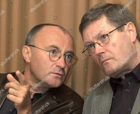 Ge110 - 20010926 - Geneva Switzerland : British Pop Star Phil Collins (l) Gestures While Talking to the Press Together with Clive Collins (r) His Brother and Initiator of the Little Dreams Their New Foundation For Children Geneva Wednesday 26 September 2001 the Foundation's Aim is to Give a Chance to Children with Artistic Or Athletic Gifts to Carry out Their Dreams Phil Collins and His Swiss-born Wife Orianne Live Near Geneva with Their Five-month-old Son Nicholas Grev Austin Epa Photo Keystone/martial Trezzini/mt/mda Switzerland Schweiz Suisse Geneva