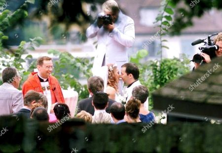 Luz121 - 20010809 - Luzern Switzerland : Swiss Pop-star Dj Bobo and His Background Singer and Long Time Girlfriend Nancy Rentzsch Are Kissing Shortly Before Their Wedding Ceremony Thursday August 9 2001 at the Castle of Guetsch in Luzern Switzerland the Wedding Took Place at 2:40 Pm Near the Swimming Pool of the Castle High Above the City of Luzern Epa Photo Keystone/sigi Tischler/sit/sb Switzerland Schweiz Suisse Luzern