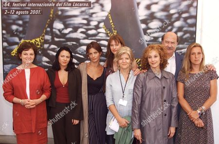 Loc101-20010804-locarno Switzeland: the Jury of the 54th International Film Festival of Locarno Posing For a Group Picture Saturday August 4 2001 in Locarno They Are From Left the Jury President and Film-critic From the Us Janet Maslin Swiss Writer Zoe Jenny Italian Actress Laura Morante Kerry Fox Actress From New Zealand Olivia Stewart Producer From the Uk Us-actress Debra Winger Antonio Skarmeta Writer From Chile and French Director Emilie Deleuze the Film Festival Lasts Until August 12 Epa Photo-keystone/alessandro Della Valle) Electronic Image Switzerland Schweiz Suisse Locarno