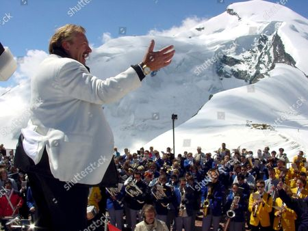 Zur131 - 20000702 - Saas-fee Switzerland : Swiss Band Leader Pepe Lienhard Conducts Some 300 Musicians During a Record-breaking Music Event On the Mittelallalin Glacier Near Saas-fee Sunday 02 July 2000 This Was the Biggest Music-playing Group in 3 500m Height Epa Photo Keystone/siegfried Aulbach Switzerland Schweiz Suisse Saas-fee