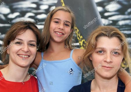 Loc111 - 20010806 - Locarno Switzerland : German Film Director Sandra Nettelbeck Right the Main Actress of Her Film 'Mostly Martha' Martina Gedeck Left and the Co-star of the Film Young Maxime Toerste Pose For a Group Picture Monday August 6 2001 in Locarno Mostly Martha Will Be Shown Off-competition at the 54th International Film Festival of Locarno Epa Photo Keystone/alessandro Della Valle/adv Switzerland Schweiz Suisse Locarno