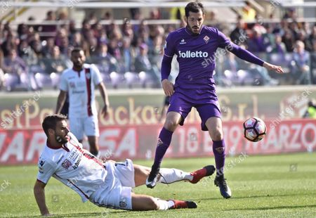 Fiorentina's midfielder Riccardo Saponara (R) and Cagliari's midfielder Panagotis Tachtsidis duel for the ball during the Italian Serie A soccer match Acf Fiorentina vs Cagliari at Artemio Franchi stadium in Florence, Italy, 12 March 2017.