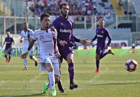 Fiorentina's midfielder Riccardo Saponara (R) and Cagliari's defender Fabio Pisacane vie for the ball during the Italian Serie A soccer match Acf Fiorentina vs Cagliari at Artemio Franchi stadium in Florence, Italy, 12 March 2017.