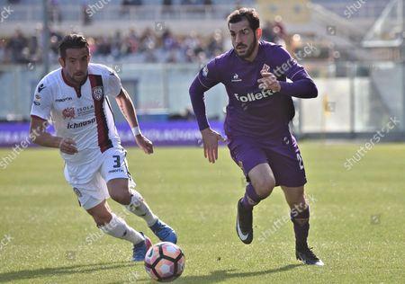 Fiorentina's midfielder Riccardo Saponara (R) and Cagliari's Mauricio Isla run for the ball during the Italian Serie A soccer match Acf Fiorentina vs Cagliari at Artemio Franchi stadium in Florence, Italy, 12 March 2017.