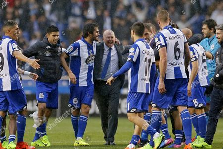 Deportivo's Pepe Mel (C) celebrates with his players after winning the Spanish Primera Division soccer match between Deportivo La Coruna and FC Barcelona in A Coruna, Spain, 12 March 2017.