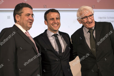 French politician Emmanuel Macron (C) poses for a picture with German Foreign Minister Sigmar Gabriel (L) and philosopher Juergen Habermas (R) at the Hertie School of Governance in Berlin, Germany, 16 March 2017. Gabriel, Habermas, and Macron - an independent candidate for the upcoming French elections - participate in a discussion titled about the future of Europe.