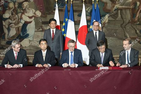 (L-R) Administration Council President Philippe Varin, Japan Nuclear Fuel Agency CEO Kenji Kudo, French State Participations Agency President Martin Vial, Mitsubishi Heavy Industries President CEO Shunichi Miyanaga and AREVA General Director Philippe Knoche sign an agreement in front of French President Francois Hollande and Japanese Prime Minister Shinzo Abe at the Elysee Palace in Paris, France, 20 March 2017.