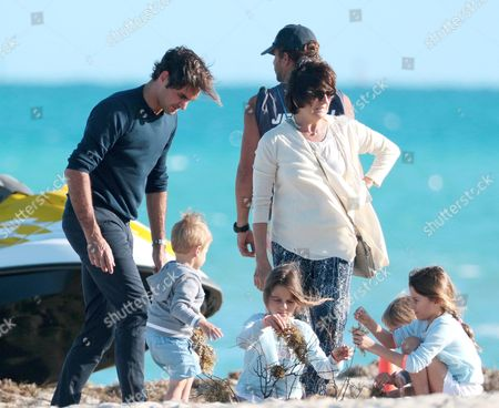 Roger Federer with his mother Lynette Federer and children