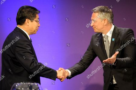 Former England Footballer Gary Lineker Shakes Hands with Chairman of the Organising Committee Jilong Zhang