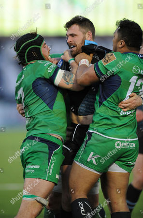 Sean Lamont - Glasgow Warriors winger gets involved in a fight with Connacht's Jake Heenan and Bundee Aki (R) following a high tackle on Peter Horne (not in picture).