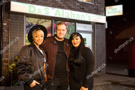 Stock Photo of will i am films the music video for his new song 'Fiyah' in Then Rovers return and on Coronation Street. He is joined by his Team Will ays, Michelle John, Jason Jones and Tanya Lacey.