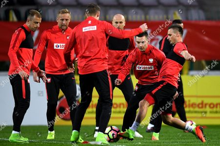 Polish national soccer team players (L-R) Kamil Grosicki, Kamil Glik, Lukasz Piszczek, Michal Pazdan, Maciej Sadlok and Slawomir Peszko warm-up during their team's training session in Warsaw, Poland, 22 Match 2017. Poland will face Montenegro in the FIFA World Cup 2018 qualifying soccer match on 26 March in Podgorica, Montenegro.