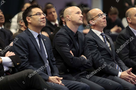Jordi Cruyff (C), son of legendary former Dutch soccer player and coach Johan Cruyff, attends a tribute to his father with President of Barcelona FC, Josep Maria Bartomeu (L), and the club's first vice president, Jordi Cardoner (R), in Barcelona, Spain, on 25 March 2017.