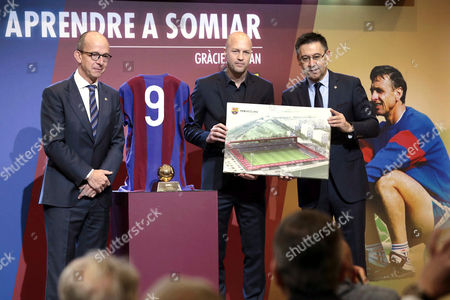 Jordi Cruyff (C), son of legendary former Dutch soccer player and coach Johan Cruyff, attends a tribute to his father with President of Barcelona FC, Josep Maria Bartomeu (R), and the club's first vice president, Jordi Cardoner (L), in Barcelona, Spain, on 25 March 2017.
