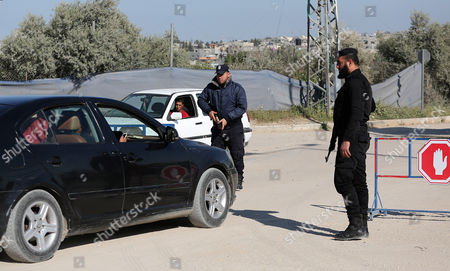 Palestinian Hamas security forces conduct checks on cars near Erez crossing point near Beit Hanun town in the northern Gaza Strip, 26 March 2017. Erez crossing point has been closed by Hamas security on 26 March 2017 after senior leader of Ezz Al-Din Al-Qassam brigades, the armed wing of the Palestinian Hamas movement, Mazen Al-Faqhaa was killed on 24 March 2017, after gunmen shot him dead near his home in Tal Al-Hawa neighbourhood. Al-Faqhaa was freed by Israeli in 2011 prisoner swap with more than 1,000 other Palestinian prisoners in exchange for Gilad Shalit, an Israeli soldier Hamas had detained for five years.