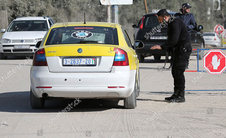 Palestinian Hamas security forces conduct checks on cars near Erez crossing point near Beit Hanun town in the northern Gaza Strip, 26 March 2017. Erez crossing point has been closed after senior leader of Ezz Al-Din Al-Qassam brigades, the armed wing of the Palestinian Hamas movement, Mazen Al-Faqhaa was killed on 24 March 2017 after gunmen shot him dead near his home in Tal Al-Hawa neighbourhood.  Al-Faqhaa was freed by Israeli in 2011 prisoner swap with more than 1,000 other Palestinian prisoners in exchange for Gilad Shalit, an Israeli solder Hamas had detained for five years.