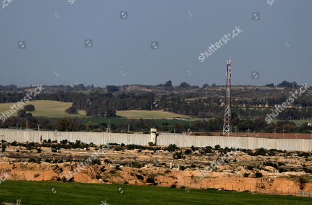 Israeli control tower seen along the border between Israel and Gaza Strip near Erez crossing point in Beit Hanun town in the northern Gaza Strip, 26 March 2017. Erez crossing point has been closed after senior leader of Ezz Al-Din Al-Qassam brigades, the armed wing of the Palestinian Hamas movement, Mazen Al-Faqhaa was killed on 24 March 2017 after gunmen shot him dead near his home in Tal Al-Hawa neighbourhood.  Al-Faqhaa was freed by Israeli in 2011 prisoner swap with more than 1,000 other Palestinian prisoners in exchange for Gilad Shalit, an Israeli solder Hamas had detained for five years.