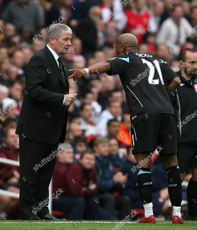 Bolton Wanderers caretaker manager Archie Knox has words with El Hadji Diouf
