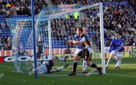 Stuart Elliot scores for Hull City past Paul Henderson (gk) and Richard Stearman of Leicester City to make the score 1-1