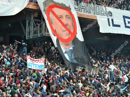 Geno'a supporters turn their backs to the pitch to protest against their President Enrico Preziosi during the Italian Serie A soccer match Genoa CFC vs Atalanta BC at Luigi Ferraris stadium in Genoa, Italy, 02 April 2017.