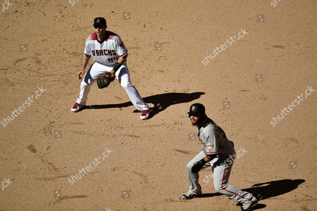 , 2017; San Francisco Giants shortstop Brandon Crawford (35) leads off of first base as Arizona Diamondbacks first baseman Paul Goldschmidt (44) covers the bag during the MLB game at Chase Field in Phoenix, AZ