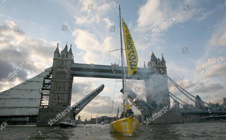 Dee Caffari on her yacht Aviva sails under Tower Bridge