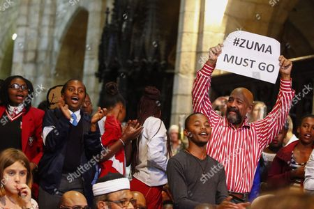 Stock Image of South Africans react during the memorial service for Ahmed Kathrada in Cape Town, South Africa, 06 April 2017. Kathrada, an anti-apartheid struggle icon and close friend of the late former South African President, Nelson Mandela died on 28 March.  Former Finance Minister Pravin Gordhan was given a standing ovation as various speakers at the service slated President Zuma amidst a growing backlash against his recent government reshuffle and axing of the finance minister.