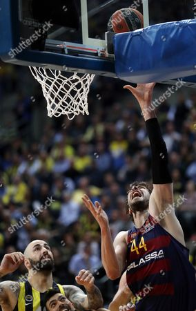 Ante Tomic (R) of Barcelona Lassa in action against Fenerbahce's Pero Antic (L) and Kostas Sloukas (C) during the Euroleague basketball match between Fenerbahce Istanbul and Barcelona Lassa in Istanbul, Turkey, 06 April 2017.