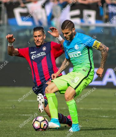 Crotone's Diego Falcinelli (L) and Inter's Mauro Icardi (R) in action during the Italian Serie A soccer match FC Crotone vs FC Inter at Ezio Scida stadium in Crotone, Italy, 09 April 2017.