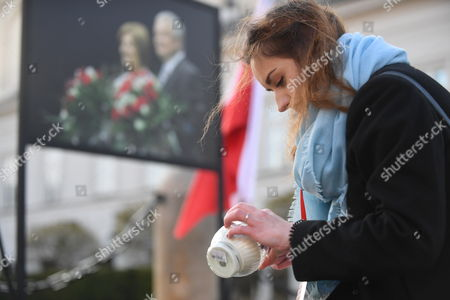 People lights candles in front of the the Presidential Palace before the ceremonies commemorating the 7th anniversary of the presidential plane crash near Smolensk, in Warsaw, Poland, 10 April 2017. Poland's President Lech Kaczynski, his wife Maria Kaczynska and 94 others died on 10 April 2010 when Polish presidential plane crashed in Smolensk, Russia.