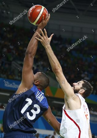 Nikola Mirotic (r) of Spain and Boris Diaw of France in Action During the Men's Basketball Quarter Final Match Between Spain and France of the Rio 2016 Olympic Games at the Carioca Arena 1 in the Olympic Park in Rio De Janeiro Brazil 17 August 2016 Brazil Rio De Janeiro