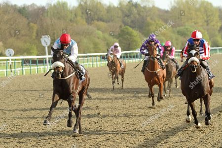 Willygolassiego 1st The Betway Apprentice Handicap Stakes at Lingfield O: Mr John Hobbs T: Neil Mulholland J: Hollie Doyle