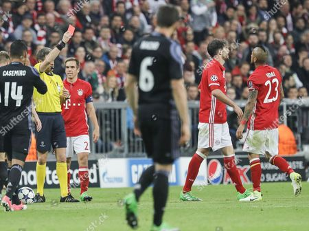 Bayern's Javi Martinez (2-R) receives the red card from Referee Nicola Rizzoli during the UEFA Champions League quarter final, first leg soccer match between Bayern Munich and Real Madrid at Allianz Arena in Munich, Germany, 12 April 2017.