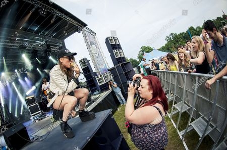 East Croydon, Festival, Highams Hill Farm, Indie, LeeFest, NYC, Pop, Samantha Urbani, Sheepbarn Lane, South East London, Surrey, UK, Warlingham, american, cap, cool, countryside, dance punk, friends, music festival, photographer, platforms, summer, sunglasses, trendy