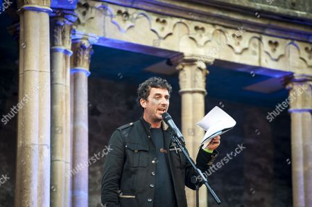 Festival No 6, Gwynedd, Murray Lachlan Young, Music Festival, North Wales, Number 6, Portmeirion, The Village, UK, Wales, artist, central piazza, comedy, festival, humour, performance, performer, piazza, poet