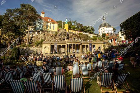 Festival No 6, Gwynedd, Music Festival, North Wales, Number 6, Portmeirion, Sam Lee, The Village, UK, Wales, central piazza, crowd, deck chairs, festival, festivalgoers, gypsy, piazza, talk